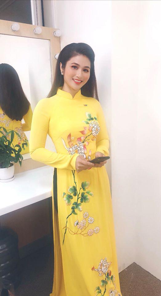 BTV thời sự Minh Trang duyên dáng trong tà áo dài trước giờ lên sóng - Ảnh 10.