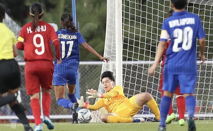Vietnamese goalie Kim Thanh plays a good game against Thailand. (Photo: Vnexpress)