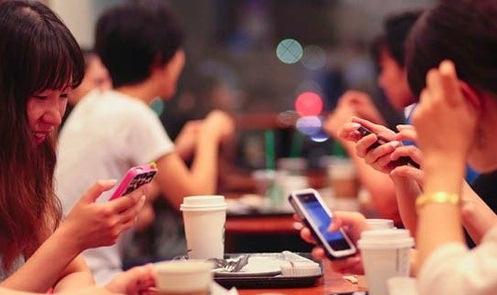 Gần 1/4 giới trẻ hiện nay phụ thuộc chủ yếu vào điện thoại thông minh - Ảnh 2.
