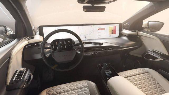 Không còn chạy đua mã lực, các hãng so kè kích cỡ màn hình trên xe - Ảnh 2.