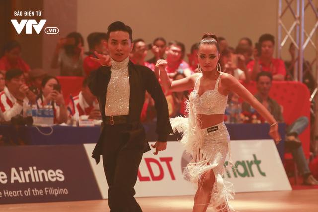 VĐV Dance Sport bật khóc khi quốc ca Việt Nam vang lên tại SEA Games 30 - Ảnh 4.