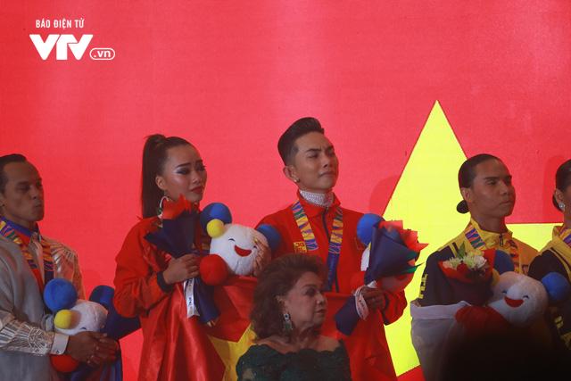 VĐV Dance Sport bật khóc khi quốc ca Việt Nam vang lên tại SEA Games 30 - Ảnh 5.