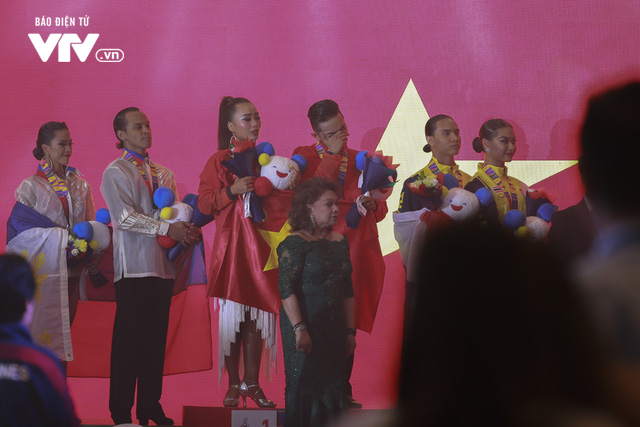VĐV Dance Sport bật khóc khi quốc ca Việt Nam vang lên tại SEA Games 30 - Ảnh 6.
