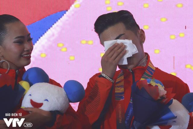 VĐV Dance Sport bật khóc khi quốc ca Việt Nam vang lên tại SEA Games 30 - Ảnh 7.