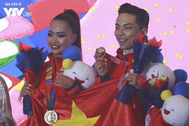 VĐV Dance Sport bật khóc khi quốc ca Việt Nam vang lên tại SEA Games 30 - Ảnh 8.