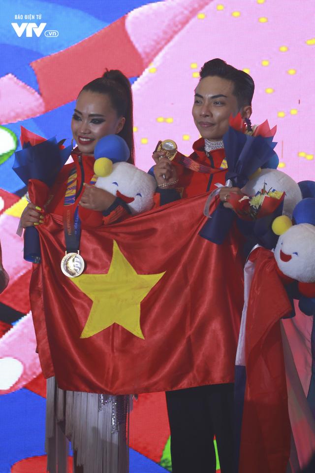 VĐV Dance Sport bật khóc khi quốc ca Việt Nam vang lên tại SEA Games 30 - Ảnh 9.