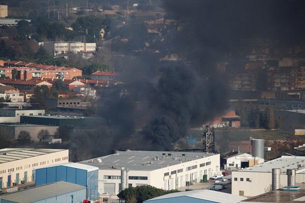 Cháy nhà máy hóa chất ở Tây Ban Nha - Ảnh 1.