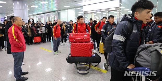 Người hâm mộ vây kín HLV Park Hang Seo khi U23 Việt Nam đặt chân đến Hàn Quốc - Ảnh 4.