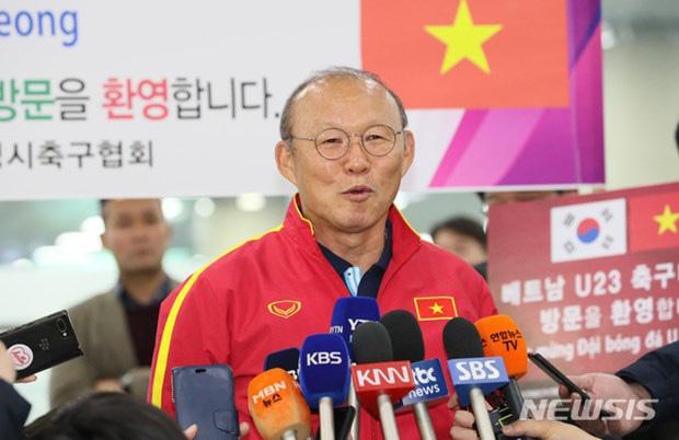 Người hâm mộ vây kín HLV Park Hang Seo khi U23 Việt Nam đặt chân đến Hàn Quốc - Ảnh 2.