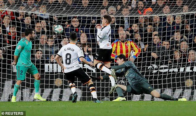Valencia 1-1 Real Madrid: Thoát hiểm phút bù giờ! - Ảnh 1.