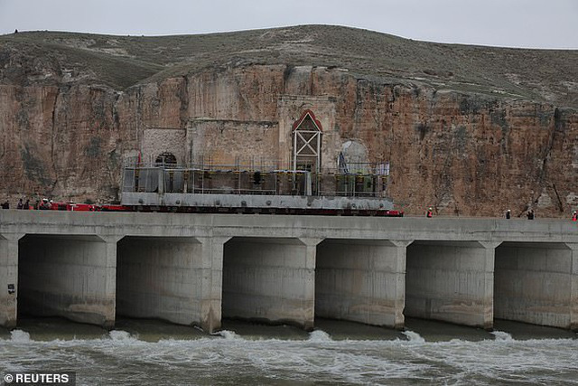 Di chuyển nhà thờ cổ nặng 1.700 tấn bằng xe tải 256 bánh - Ảnh 1.