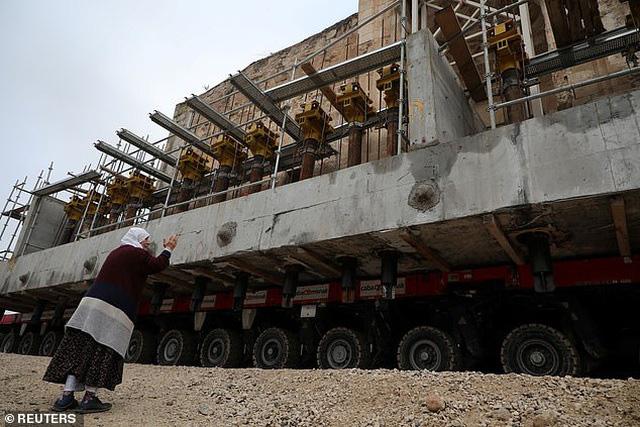 Di chuyển nhà thờ cổ nặng 1.700 tấn bằng xe tải 256 bánh - Ảnh 2.