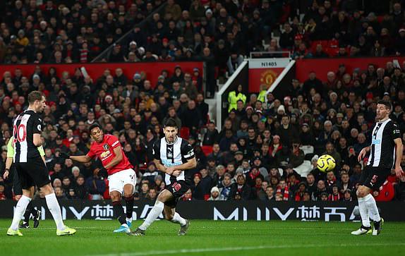 Man Utd 4-1 Newcastle: Quỷ đỏ thôi phát quà - Ảnh 1.