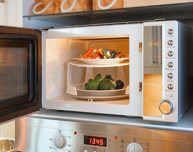Nướng mực, nấu cơm và những công dụng không ngờ của lò vi sóng - Ảnh 1.