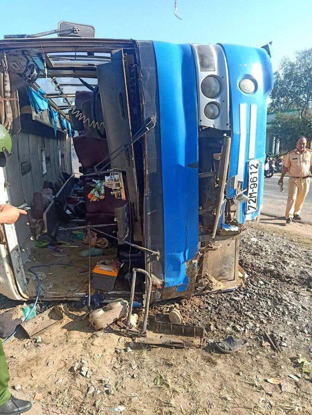 Lật xe chở công nhân tại Long An làm 2 người chết, 7 người bị thương - Ảnh 1.