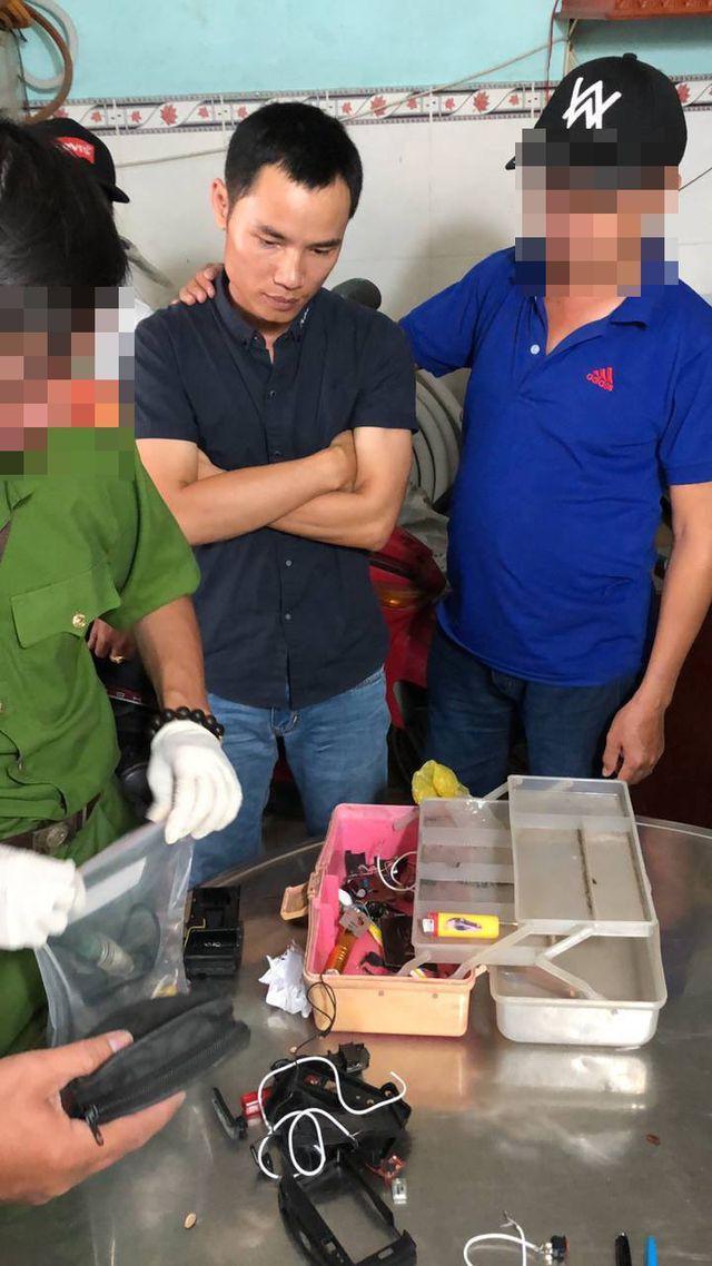 Bắt nghi can đặt thuốc nổ trong micro làm 2 mẹ con bị thương - Ảnh 1.