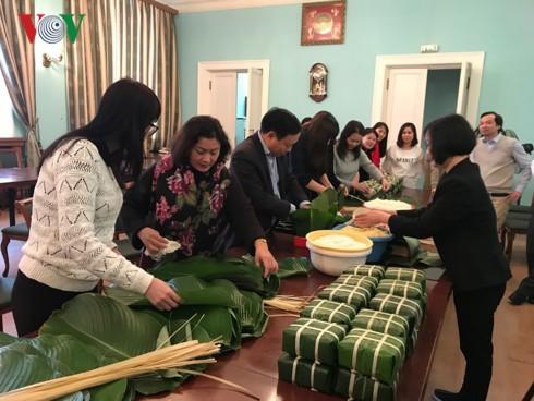 Cộng đồng người Việt tại Nga gói bánh chưng đón Tết Kỷ Hợi - Ảnh 1.