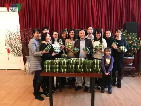 Cộng đồng người Việt tại Nga gói bánh chưng đón Tết Kỷ Hợi - Ảnh 2.