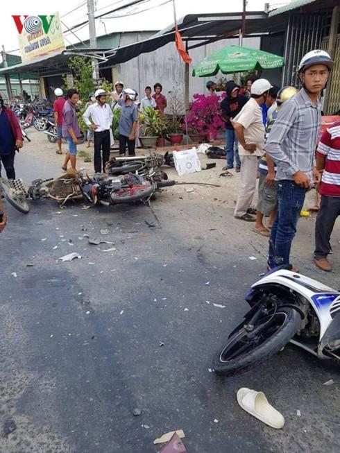 Va chạm với xe tải khi đi lễ hội, 1 người chết, 5 người bị thương - Ảnh 1.