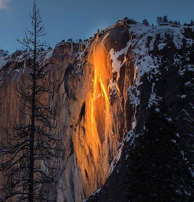 """Tuyết rơi dày không ngăn nổi dòng người đổ xô tới xem """"Thác lửa"""" - Ảnh 1."""