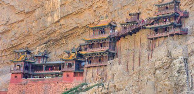 Bí ẩn về ngôi chùa 1.500 năm tuổi nằm chênh vênh giữa hẻm núi dựng đứng - Ảnh 1.