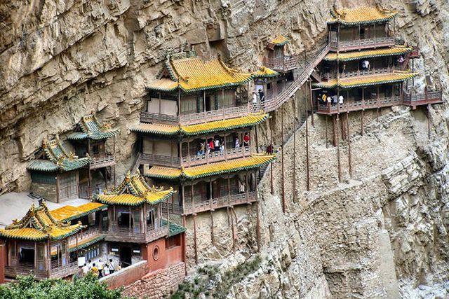 Bí ẩn về ngôi chùa 1.500 năm tuổi nằm chênh vênh giữa hẻm núi dựng đứng - Ảnh 2.