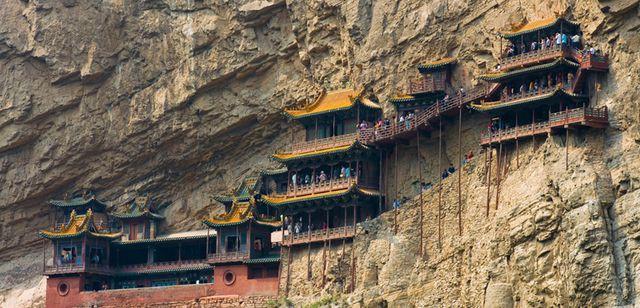 Bí ẩn về ngôi chùa 1.500 năm tuổi nằm chênh vênh giữa hẻm núi dựng đứng - Ảnh 3.