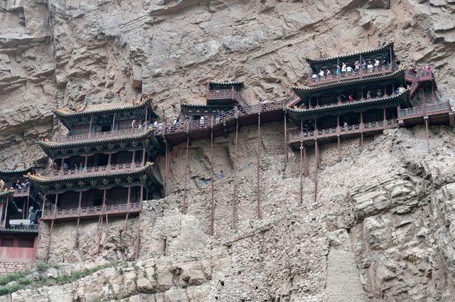 Bí ẩn về ngôi chùa 1.500 năm tuổi nằm chênh vênh giữa hẻm núi dựng đứng - Ảnh 4.