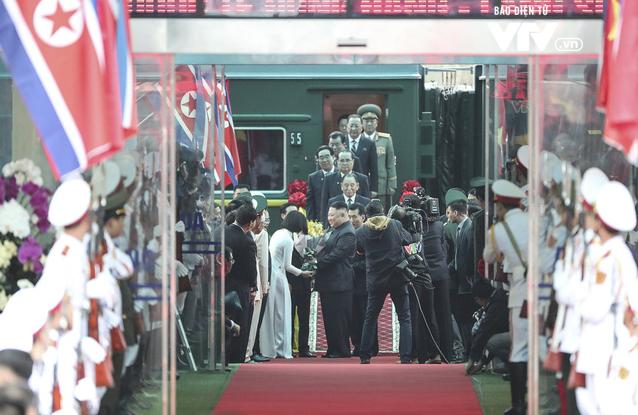 Chân dung 2 nữ sinh tặng hoa Chủ tịch Kim Jong-un và Tổng thống Donal Trump - Ảnh 1.