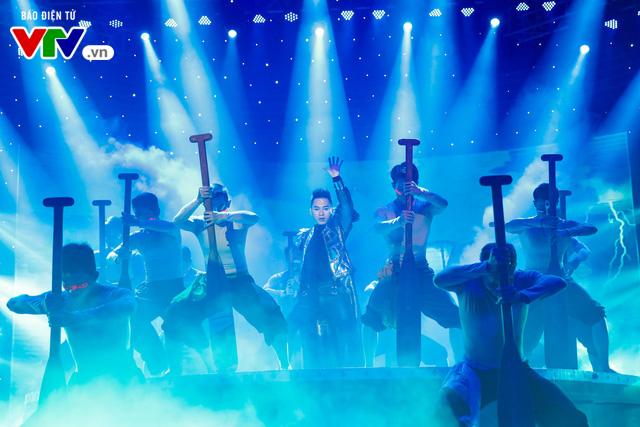Tùng Dương đốt cháy sân khấu 12 Con giáp 2019 - Ảnh 4.