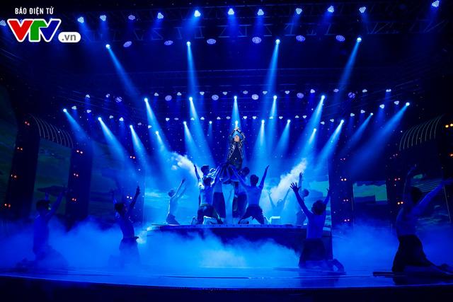 Tùng Dương đốt cháy sân khấu 12 Con giáp 2019 - Ảnh 16.