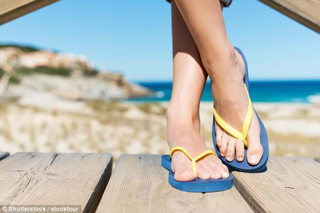 Du khách có thể bị phạt tới 60 triệu đồng nếu đi dép xỏ ngón trong khu vực cấm ở Italy - Ảnh 1.