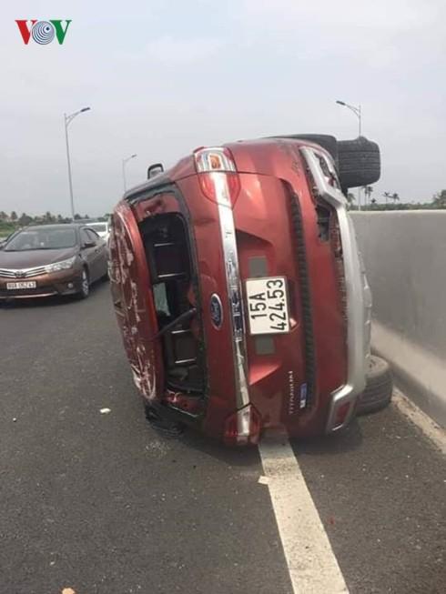 Lật xe trên cao tốc Hải Phòng - Hạ Long, 3 người bị thương - Ảnh 1.