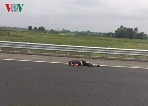 Lật xe trên cao tốc Hải Phòng - Hạ Long, 3 người bị thương - Ảnh 2.