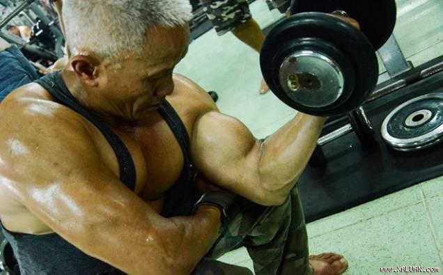 Cụ ông 62 tuổi sở hữu thân hình cường tráng khiến không ít thanh niên ao ước - Ảnh 1.
