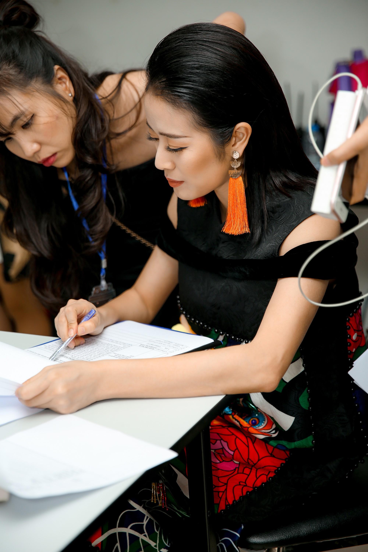 MC Phí Linh: Linh đẹp, Linh giàu có và Linh... đang nhâm nhi rượu vang - Ảnh 7.