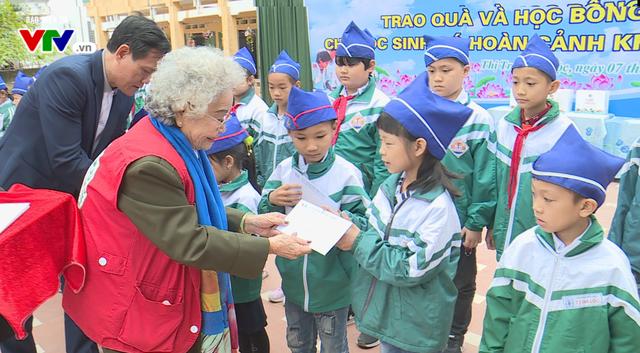 Quỹ Tấm lòng Việt trao tặng hàng nghìn suất quà cùng học bổng tới học trò nghèo trong 5 tháng đầu năm 2019 - Ảnh 2.