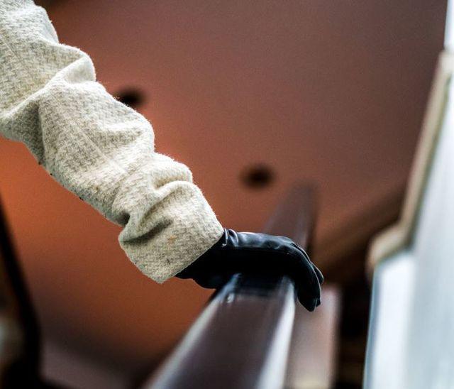 Cuộc chiến tòa án kéo dài 10 năm của người phụ nữ bị phạt vì không nắm tay vịn thang cuốn - Ảnh 1.