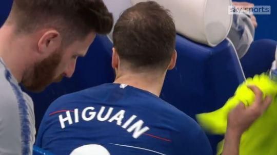 Higuain điên tiết với HLV Sarri vì phải nhường chỗ cho Olivier Giroud - Ảnh 2.