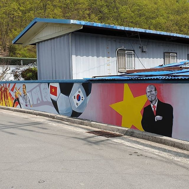 Hình ảnh HLV Park Hang Seo xuất hiện trên tường tại một góc phố tại Hàn Quốc - Ảnh 2.