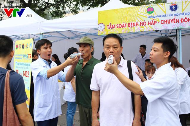 Khám bệnh miễn phí cho hàng nghìn người dân tại vườn hoa Lý Thái Tổ (Hà Nội) - Ảnh 3.