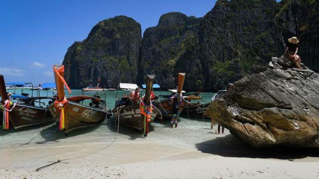 Thái Lan đóng cửa bãi biển do lượng khách du lịch quá đông - Ảnh 1.