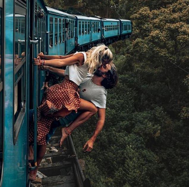 Cặp đôi nam nữ bị chỉ trích vì nụ hôn hoang dại trên tàu hỏa đang chạy - Ảnh 1.