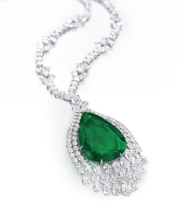 Vẻ đẹp của chiếc vòng cổ kim cương mặt ngọc lục bảo có giá 98 tỷ đồng - Ảnh 1.
