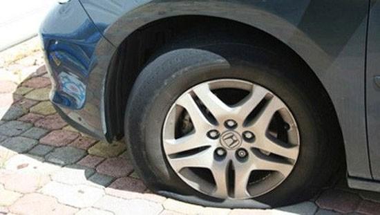 Phòng tránh và xử lý xe hơi nổ lốp dưới trời nắng nóng - Ảnh 1.