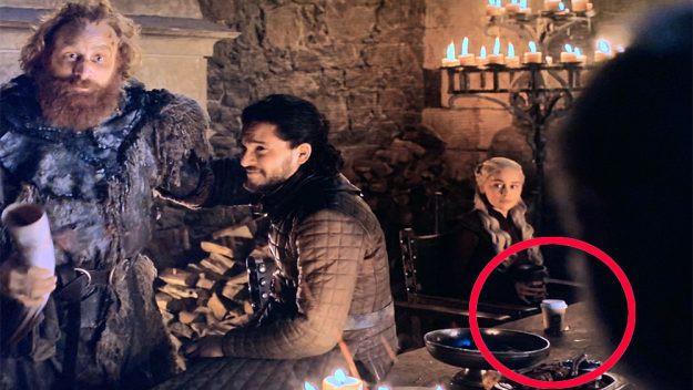 Sau cốc Starbucks, một chai nước lọc vô tình làm cameo cho Trò chơi vương quyền - Ảnh 1.