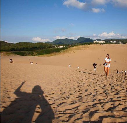 Nhật Bản kêu gọi du khách ngừng vẽ lên cồn cát nổi tiếng - Ảnh 1.