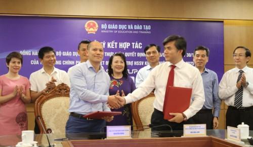 Ông Bùi Văn Linh- Phó Vụ trưởng phụ trách Vụ Giáo dục Chính trị và Công tác HSSV (phải) đại diện Bộ GD&ĐT kí kết hợp tác với Báo Doanh nhân Sài Gòn.