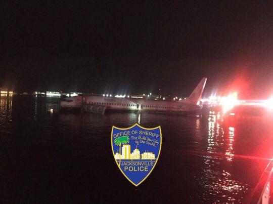Máy bay Boeing 737 chở gần 150 người lao xuống sông - Ảnh 1.