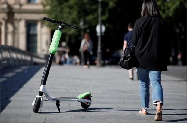 Đi xe scooter trên vỉa hè Pháp sẽ bị phạt 135 Euro - Ảnh 1.